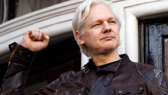 Le fondateur de Wikileaks Julian Assange attaque l'Equateur en