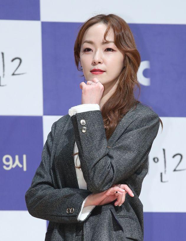 김윤아가 동의없이 자신의 가사를 수록한 서적에 문제를