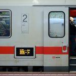 Kassel: Kontrolleurin wirft 76-Jährigen aus Bahn und verlangt