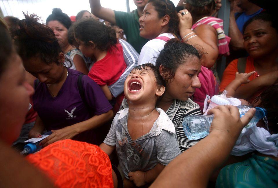 Χάος και απόγνωση στο Μεξικό με το καραβάνι χιλιάδων προσφύγων. Άνοιξαν τα σύνορα για τα