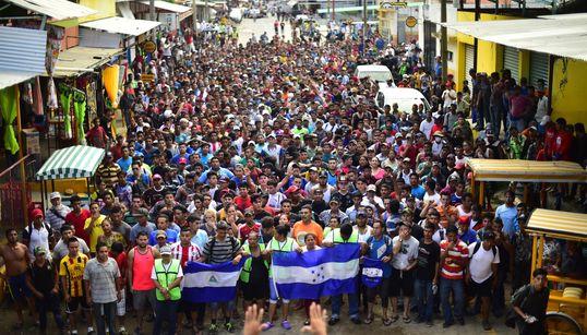 Το «καραβάνι» των απελπισμένων στο Μεξικό πορεύεται προς τα σύνορα των ΗΠΑ. Ο Τραμπ απειλεί να στείλει