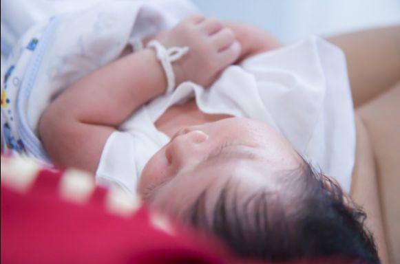 Mutter legt ihr Kind schlafen und am nächsten Morgen sieht es plötzlich anders