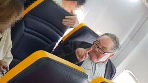 Σάλος με ρατσιστική επίθεση άνδρα εναντίον γυναίκας σε πτήση της