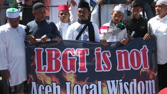 BAITURAHMAN MOUSQUE, BANDA ACEH, ACEH, INDONESIA - 2018/02/02: The Muslim community of Aceh and 147 Islamic mass organizations are striving to defend the Islamic Shari'a, namely the peaceful  protest against LGBT actors in Aceh. This action was conducted in front of Baiturahman mosque, Banda Aceh, Aceh province, Indonesia. They asked the Aceh government to arrest the LGBT actor and then to help him to be normal like a normal human being. (Photo by Adli Dzil Ikram/Pacific Press/LightRocket via Getty Images)