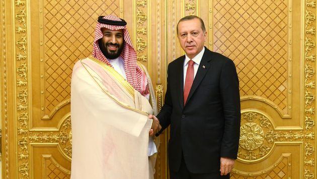ㄴㅇ사진은 레제프 타이이프 에르도안 터키 대통령(오른쪽)과 무함마드 빈 살만 사우디아라비아 왕세자가 사우디 지다에서 회동을 앞두고 기념사진 촬영을 하는 모습. 2017년