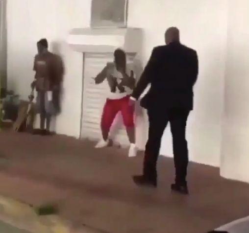 Pöbler will Mann auf Straße angreifen –doch er ahnt nicht, wer vor ihm