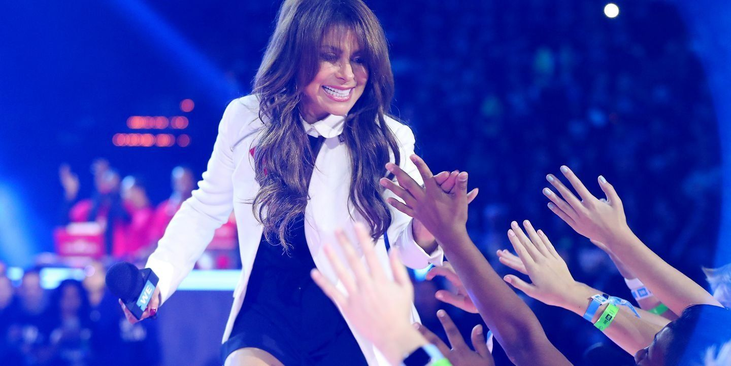 Paula Abdul Falls Head-First Off Stage At Mississippi Concert