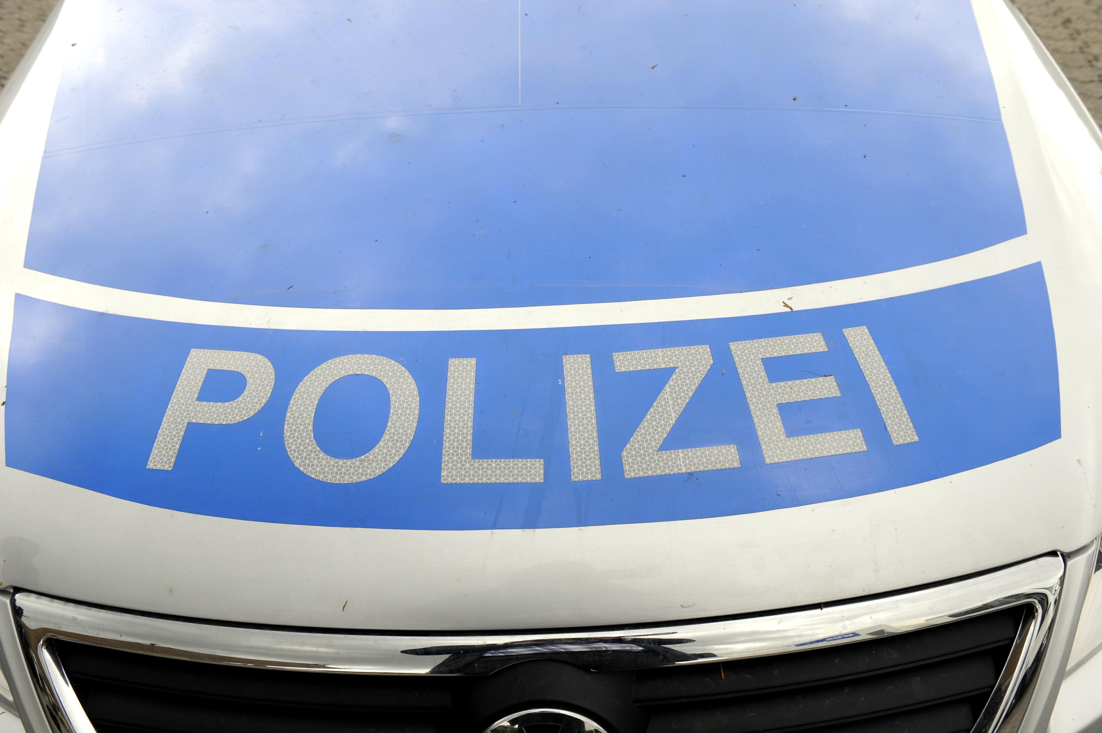 Polizei stoppt Wagen auf der Autobahn – ein Blick in den Kofferraum genügt, um die Insassen zu