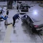 Σοκαριστικό διπλό τροχαίο στην Τουρκία. Αυτοκίνητο χτυπά οδηγό βαν που μόλις έχει τρακάρει με τον ίδιο