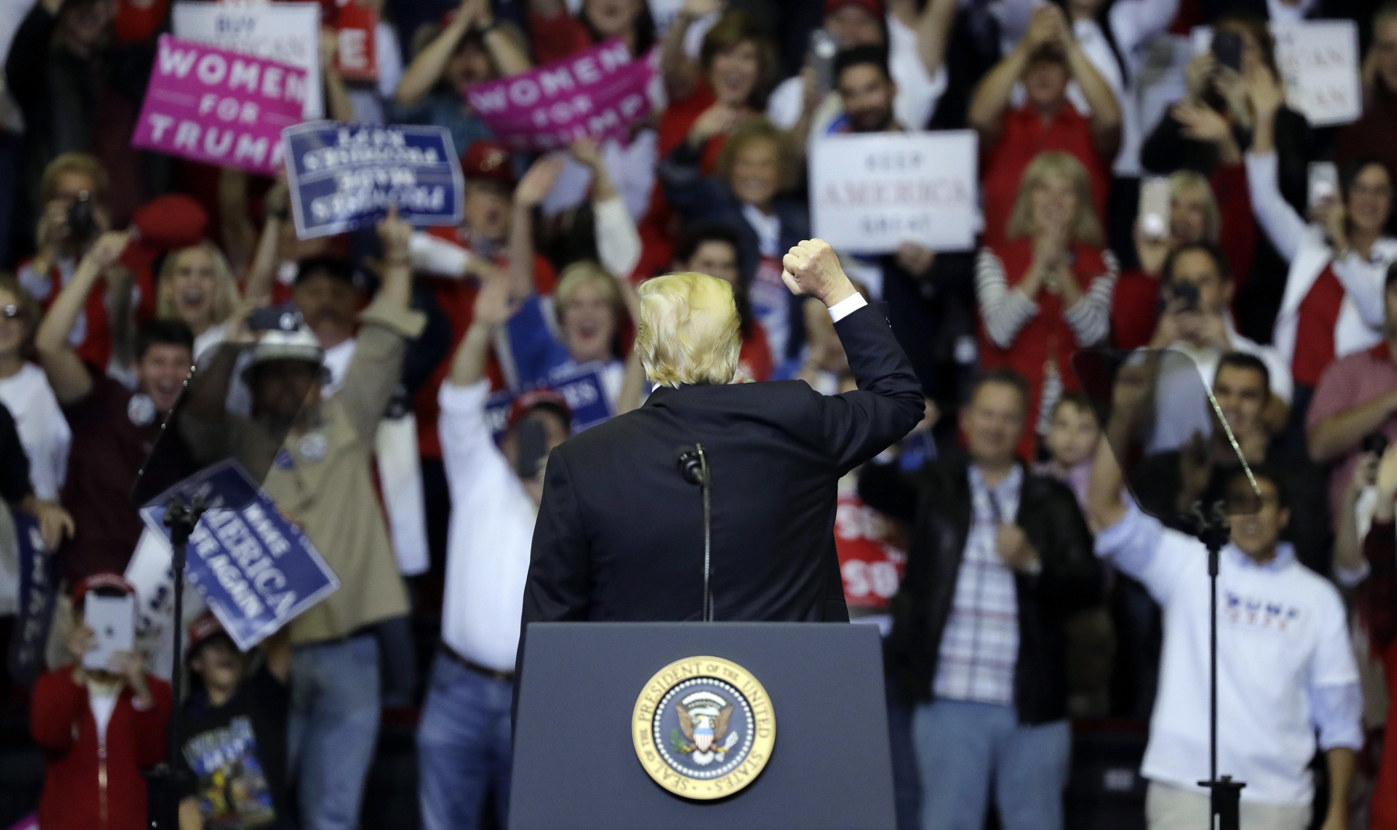 중간선거를 앞두고 트럼프의 지지율이 역대 최고를