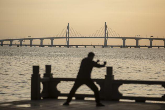 개통 전날 중국 주하이의 한 시민이 다리를 바라보며 운동하고