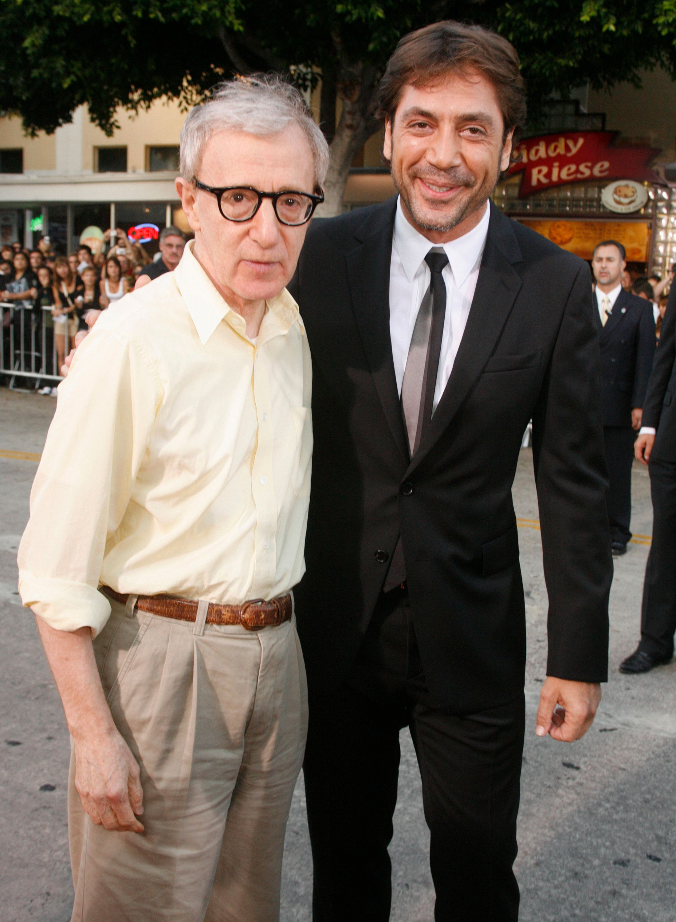 "Woody Allen (L) director of the film ""Vicky Cristina Barcelona"" poses with Spanish actor Javier Bardem at the film's premiere in Los Angeles August 4, 2008. Picture taken August 4.  REUTERS/Fred Prouser    (UNITED STATES)"