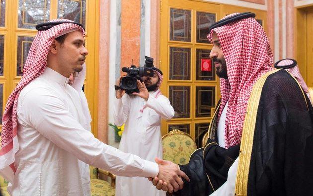 La poignée de main glaciale entre le fils de Jamal Khashoggi et