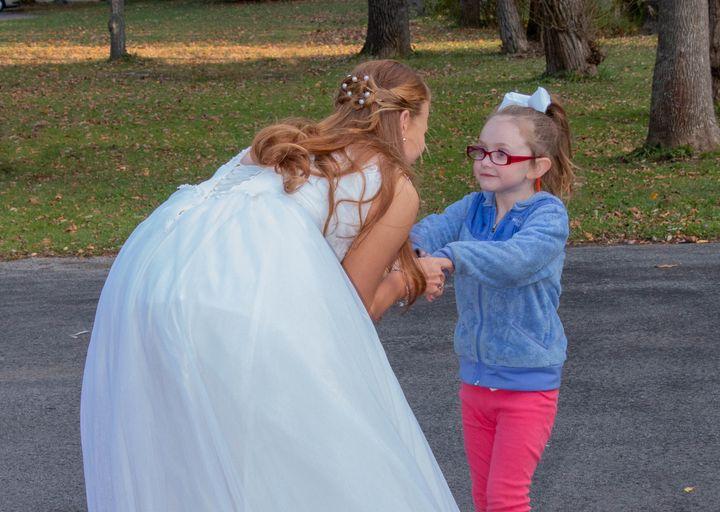 만 5세 소녀 라일라 레스터와 신데렐라로 착각된 올리비아 스파크.