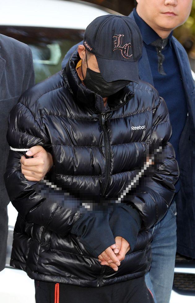 주차장에서 전 부인을 흉기로 살해한 전 남편 김모씨가 영장실질심사를 받기 위해 25일 오전 서울남부지법으로 들어서고