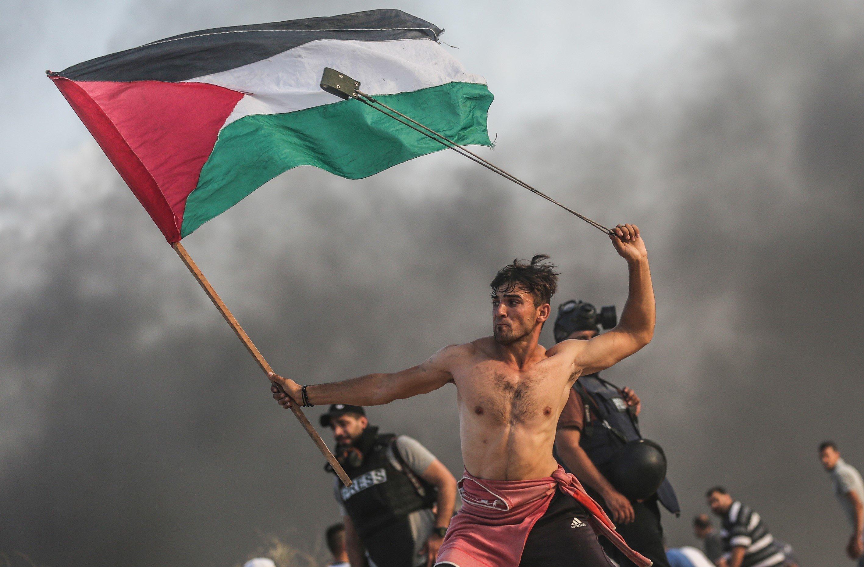 팔레스타인 시위자를 찍은 이 사진이 화제가 된