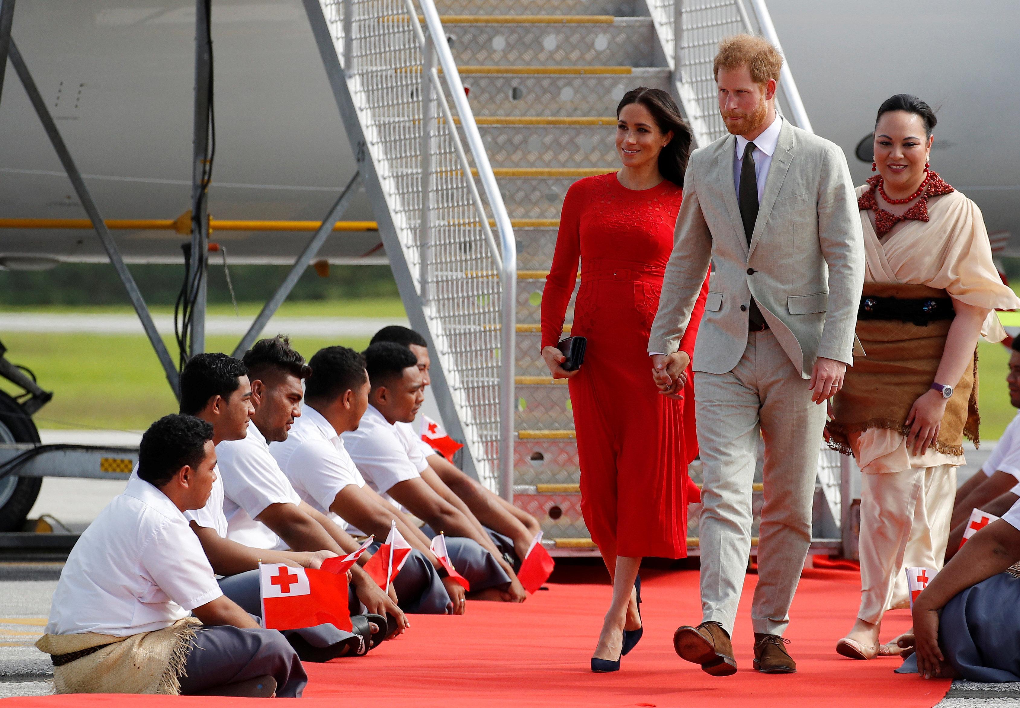 Herzogin Meghan steigt aus dem Flugzeug und bemerkt peinliches Detail am Kleid nicht