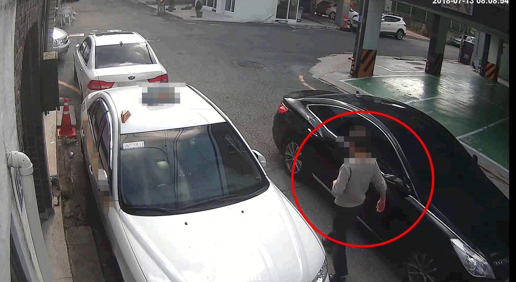 60세 남성이 골목길에서 여성 운전자만 보이면 저지른 일
