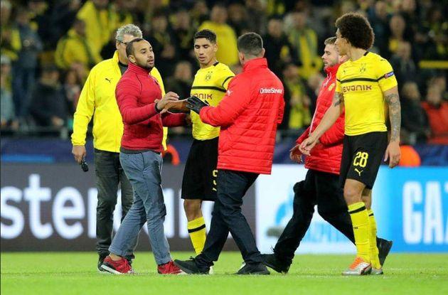 Dortmund-Atletico Madrid: Un supporter marocain fait irruption sur le terrain, Achraf Hakimi lui offre...