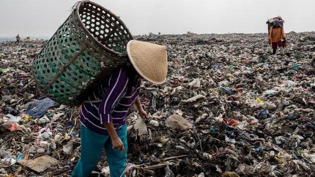 Diese Menschen leben zwischen meterhohen Müllbergen – wir haben sie