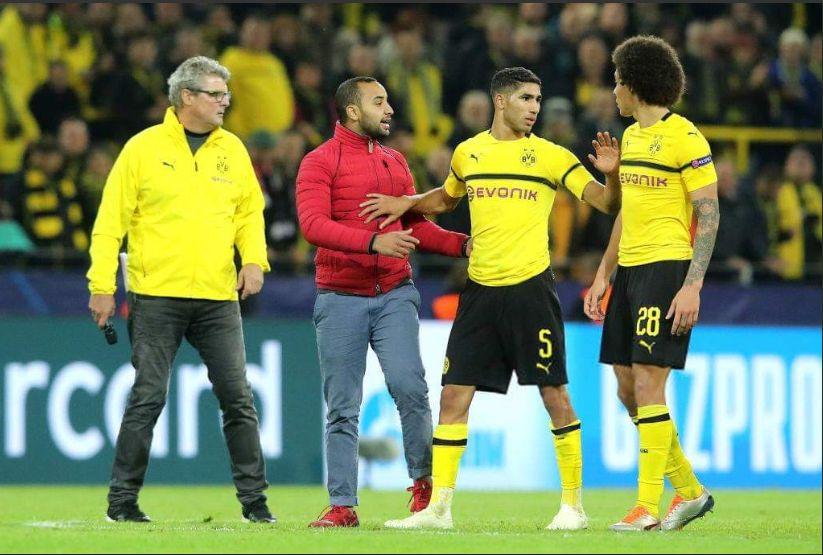 La réaction d'Achraf Hakimi alors qu'un supporter marocain surgit sur le terrain de la rencontre Dortmund-Atletico Madrid