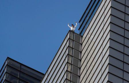 Συνελήφθη ο Γάλλος «Spiderman» αφού σκαρφάλωσε σε ουρανοξύστη του
