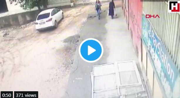 Μπροστά στην κάμερα: Πεζοδρόμιο «καταπίνει» δύο γυναίκες στην