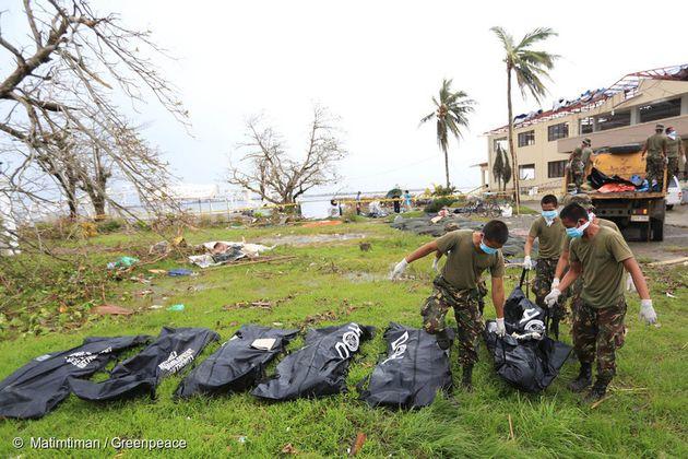 2013년 태풍 하이옌이 휩쓸고 지나간 타클로반 시에서 정부 관계자들이 시신을 수습하고
