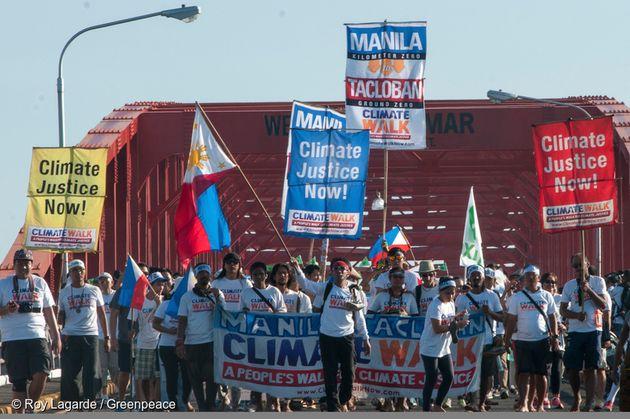 필리핀 시민단체인 '기후 정의를 위한 시민행동' 회원들이 산 후아니코 다리 위에서 시위를 벌이고 있다. 이들은 세계 평균 기온이 산업화 이전 시기에 비해 섭씨 1.5도 이상 오르지...