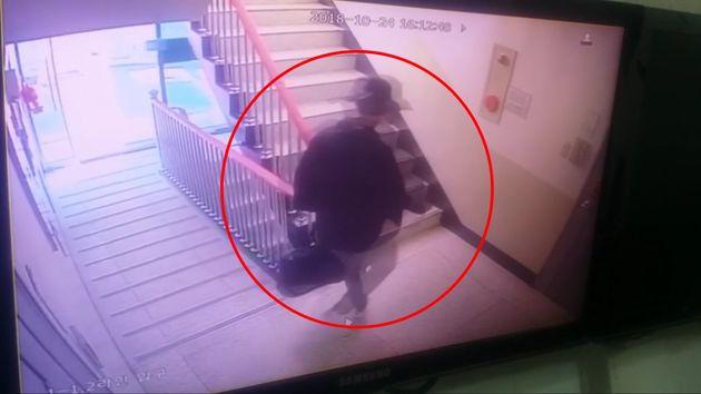 용의자 신모씨가 범행도구를 들고 아파트 계단을 올라가는