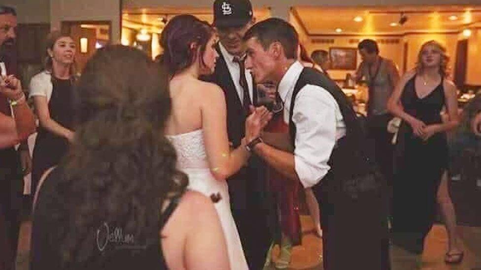 Hochzeits-Foto: Tausende sehen einen nackten Hintern im Bild – erkennt ihr ihn