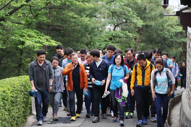 등산왕 문재인 대통령이 출입기자들과 등산을 하면서 김정은과의 등산계획을