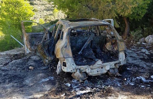 Το καμένο αυτοκίνητο που χρησιμοποίησαν οι «βομβιστές των ΑΤΜ» στη