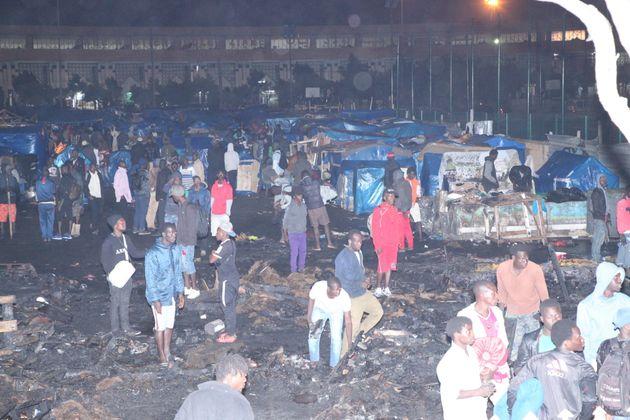 Impressionnant incendie dans un camps de migrants à Ouled