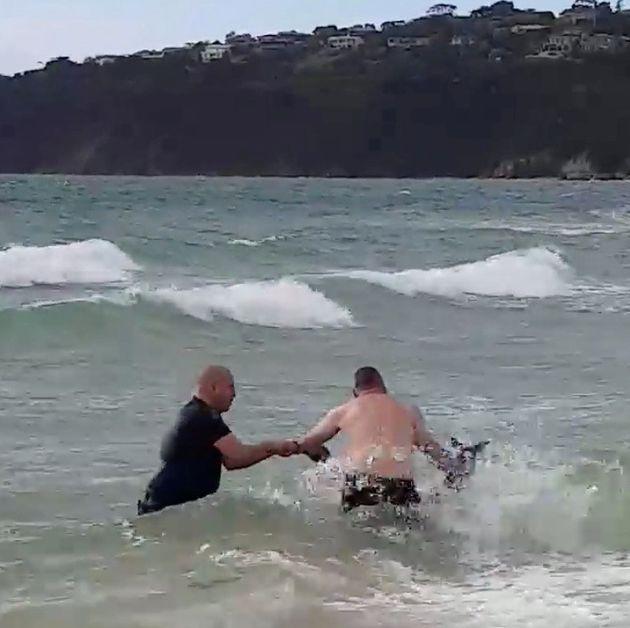 Αστυνομικοί ήρωες: Έσωσαν καγκουρό που πνιγόταν και