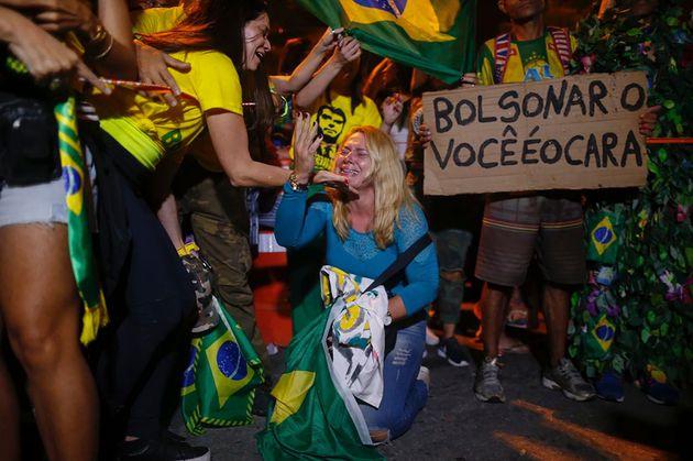 최종 결과 발표 후 리우데자네이루의 보우소나루 자택 앞에 모인 지지자들이 기뻐하고