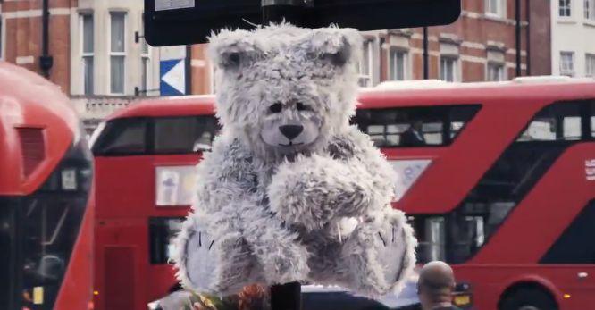 런던 거리 곳곳에 '기침하는 곰 인형'이 설치된 까닭