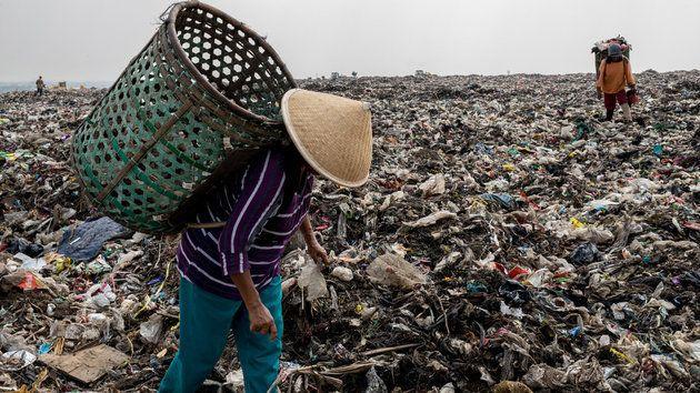 막 무지(55)가 인도네시아의 쓰레기 지대인 '반타 게방'의 산처럼 쌓인 쓰레기더미 꼭대기에서 플라스틱 등을 골라내고 있다. 자카르타의 1천5백만 이상의 인구가 배출하는 쓰레기들이...