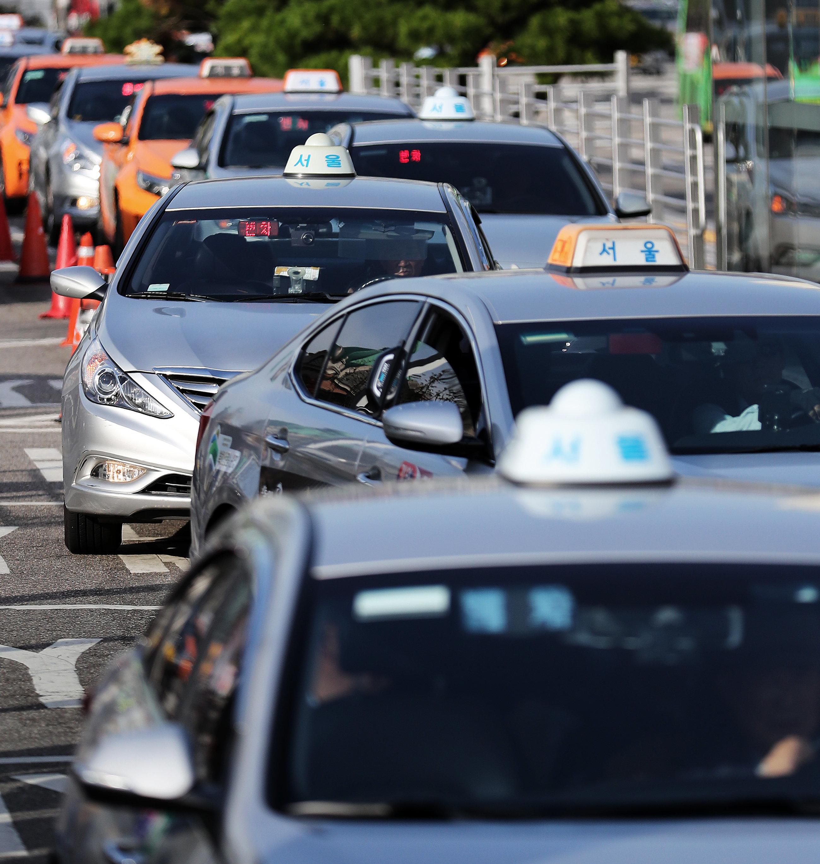 서울시가 승차를 거부하는 택시를 상대로 10일 이상 운행을 정지하는 내용의 '원스트라이크 아웃' 제도 도입을 검토하고