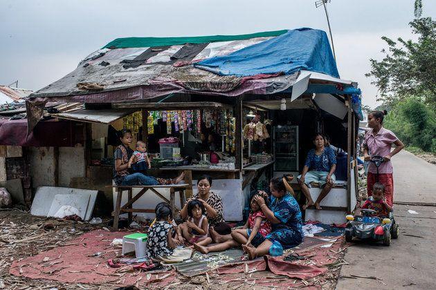 하루 일을 마친 여성과 아이들이 저녁 무렵 마을 끝에 있는 음식과 생활용품을 파는 가게에 모여있다. 2018년 6월
