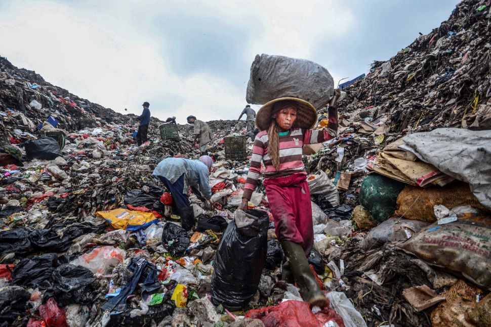 2015년 1월 반타 게방에서 일하는 사람들의