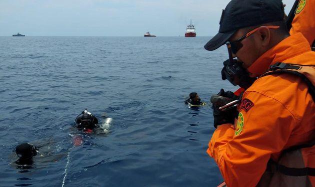 29일 여객기가 추락한 바다를 수색하고
