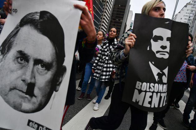 Des opposants du nouveau président brésilien aux idées fascistes Jair Bolsonaro...