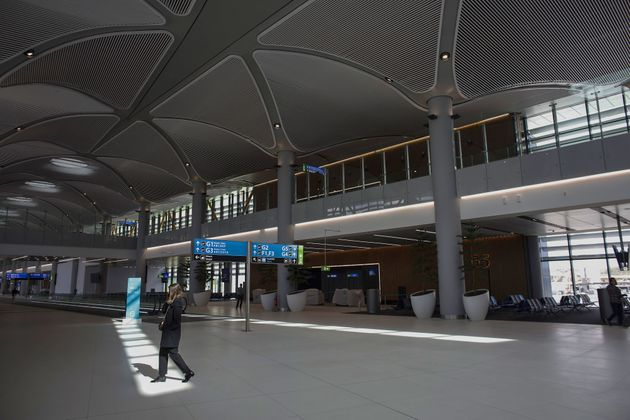 Des visiteurs découvrent le nouvel aéroport d'Istanbul pendant une visite de presse, le...