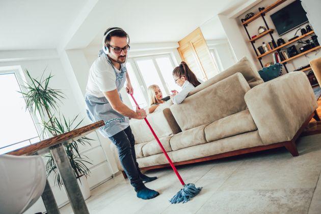 Ποιος κάνει τελικά τις δουλειές στο σπίτι, οι άντρες ή οι γυναίκες; Μια έρευνα για τα νοικοκυριά σε χώρες...