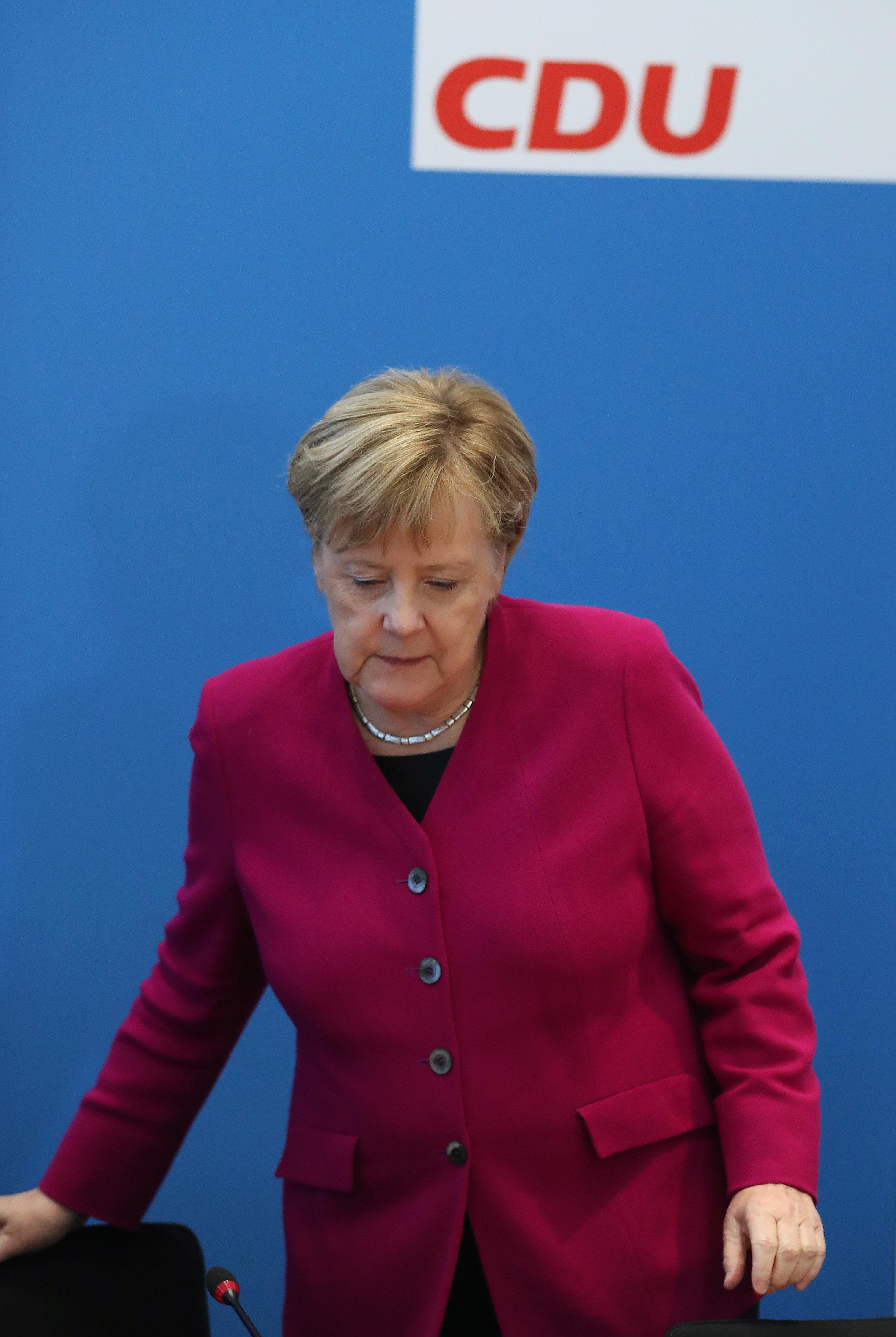 Merkel prépare sa succession en renonçant à la présidence de son