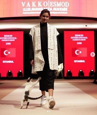 Ce chat a volé la vedette aux mannequins lors d'un défilé de mode à