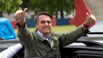 Jair Bolsonaro, candidato presidencial del Partido Social Liberal, saluda tras votar en Río de Janeiro durante la segunda vuelta de las elecciones en Brasil, el 28 de octubre de 2018. Bolsonaro ganó y recibió la felicitación de Donald Trump el lunes 29 de octubre de 2018. (AP Foto/Silvia izquierdo)