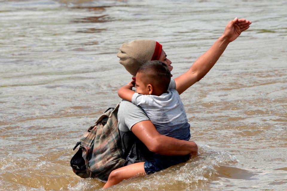 Μέσα από τα ορμητικά νερά ποταμού συνεχίζουν το ταξίδι τους για τις ΗΠΑ εκατοντάδες μετανάστες από την