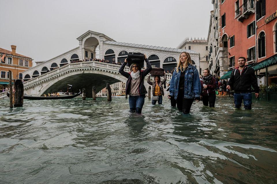 10년 만에 최악의 홍수로 베네치아 75%가 물에
